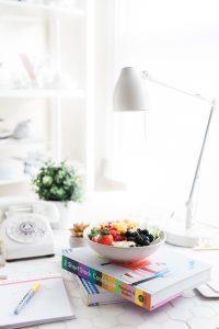 Obst am Arbeitsplatz auf Buch