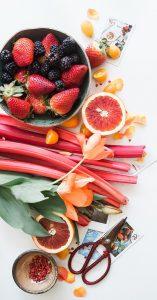 Obst am Arbeitsplatz Erdbeeren und Rhabarber
