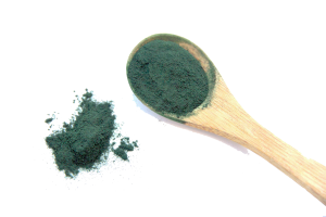 Superfood Spirulina pulver mit Holzlöffel