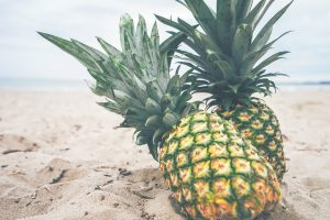 Ananas-zwei-am-Sandstrand