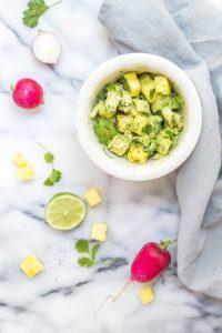 Avocado Salat im Teller auf weiße Mamorplatte