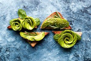 Avocado-auf-Toast-blauer-Hintergrund