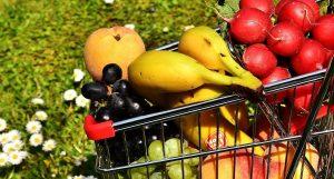 Obst-gemüse-einkaufwagen-wiese